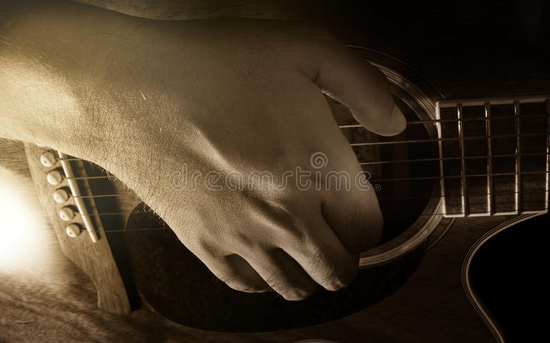 Spela den akustiska gitarren, gitarristen eller musikern royaltyfri fotografi