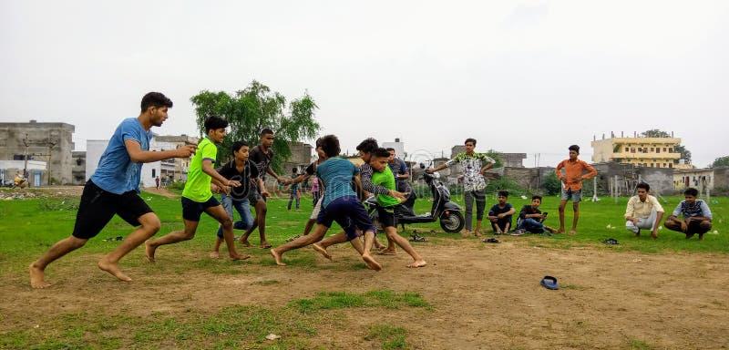 Spela för Kabadii hoststar lokalt pojkar arkivfoto