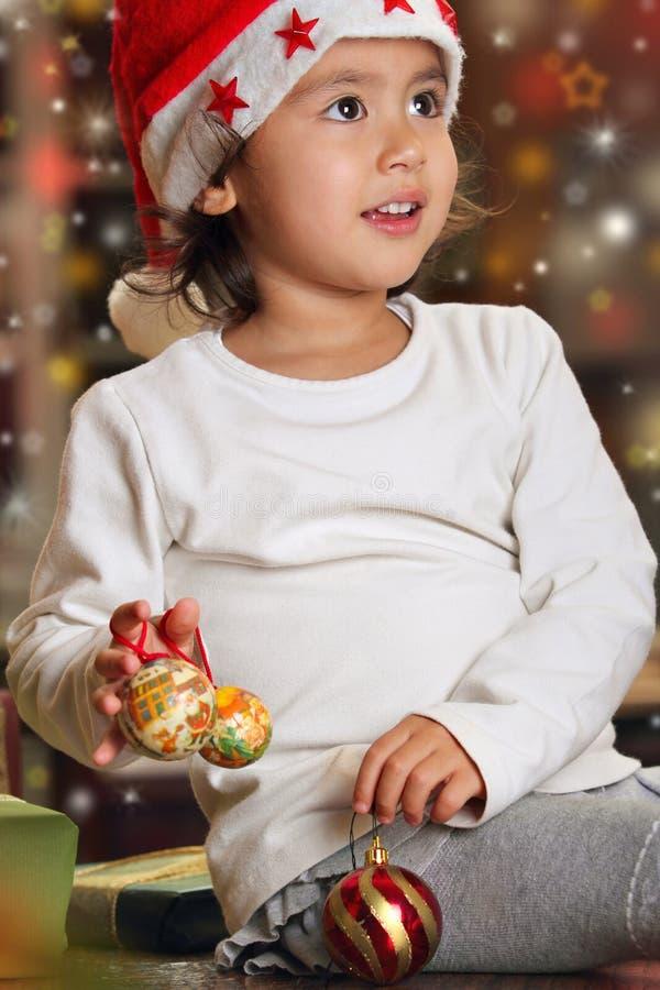 Spela för litet barn som är lyckligt med julpynt arkivbilder