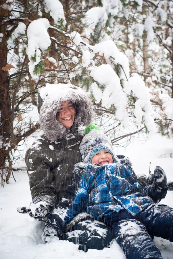 Spela för moder som och för barn är utomhus- i vinter royaltyfria foton