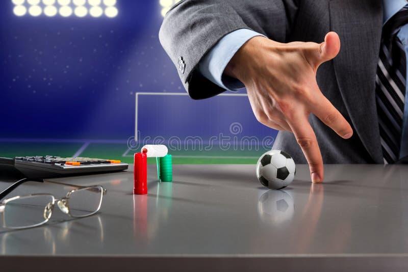 Spela fotboll med fingrar fotografering för bildbyråer