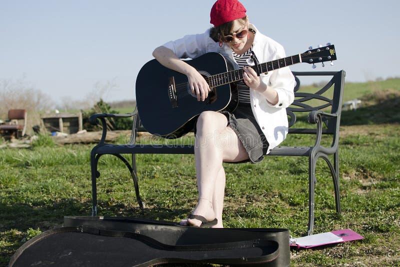 Spela gitarren arkivbild