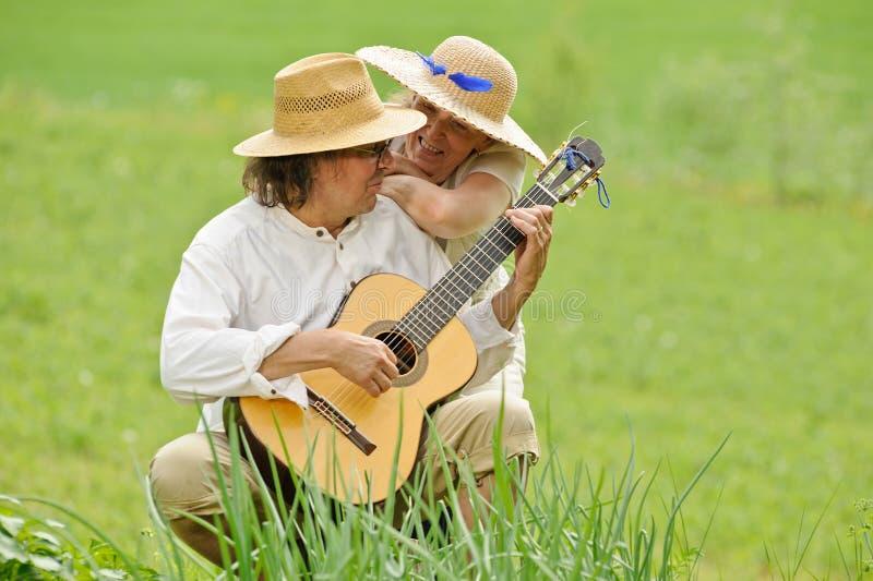 Spela gitarren utomhus royaltyfria bilder