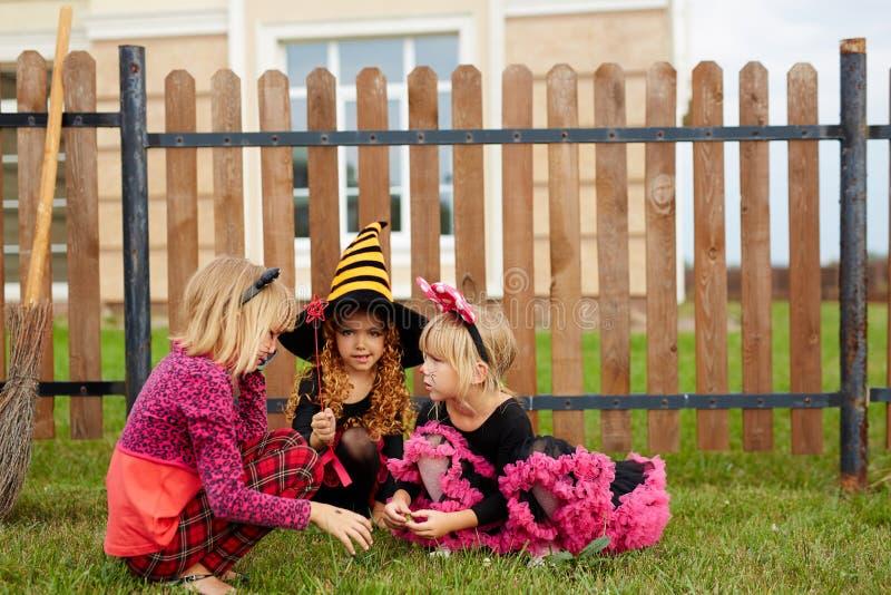Spela i gården arkivfoto