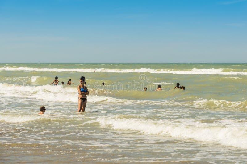 Spela i vågor på den Silvi Marina stranden arkivfoto