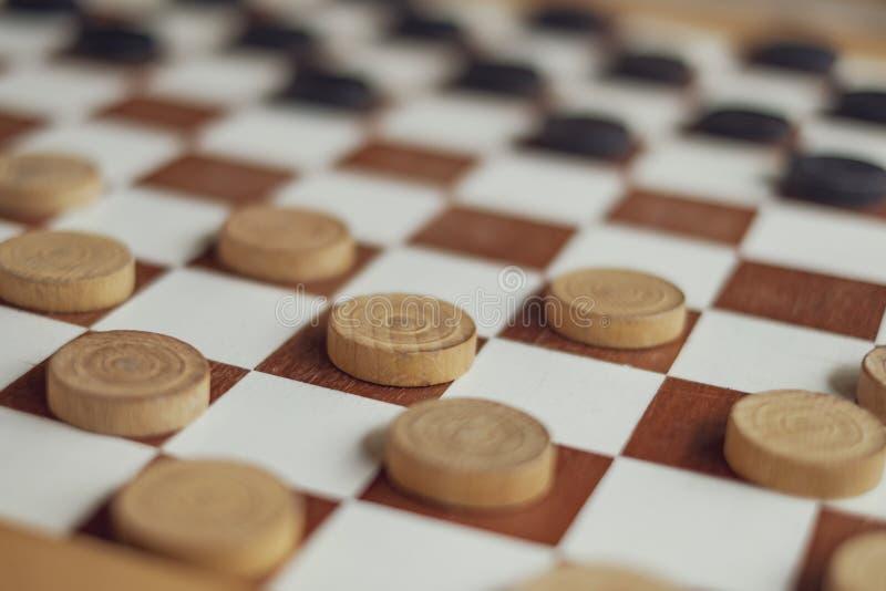 Spela kontrollörer med träsvartvitt pantsätter royaltyfri bild