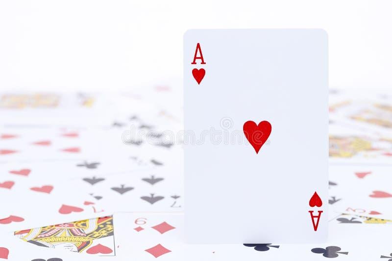 Spela kortöverdängaren av hjärta royaltyfria foton