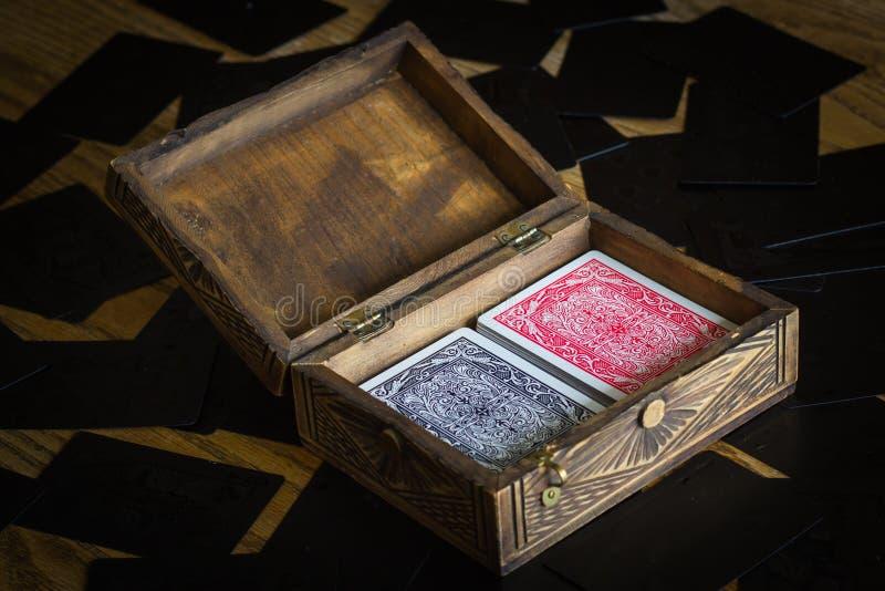Spela kort i en gammal stilfull ask royaltyfri foto