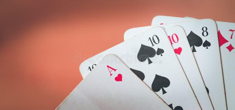 Spela kort: Pokerkort i handen av en man royaltyfria bilder