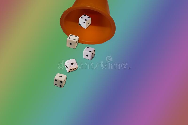 Spela kubtärning royaltyfri bild