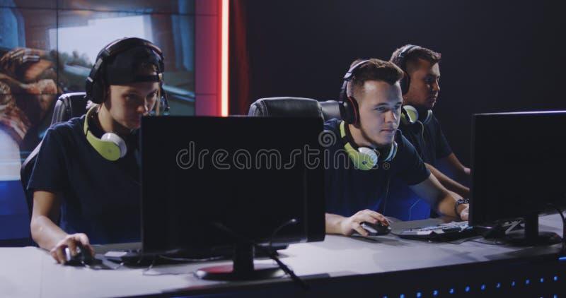Spela laget som segrar matchen på turnering royaltyfri fotografi