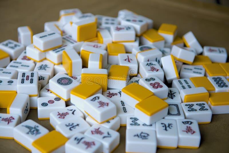 Spela mahjongtärning på tabellen royaltyfri bild