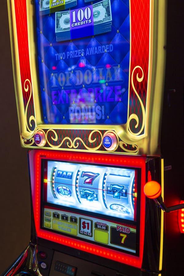 Spela maskiner i hotell och kasino arkivbild