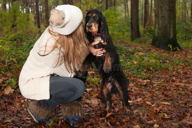 Spela med hunden fotografering för bildbyråer