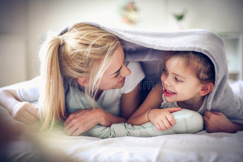 Spela med mamman, liten flicka royaltyfria bilder