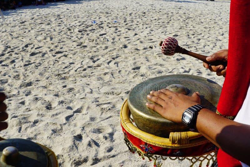 Spela musik på den kulturella festivalen på stranden royaltyfri bild