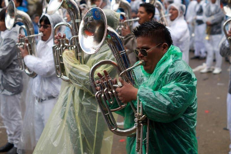 Spela musik under bolivian karneval royaltyfri fotografi