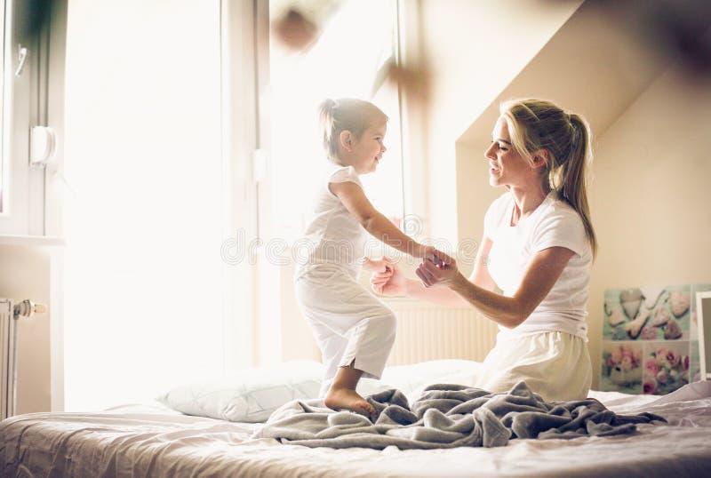 Spela på morgonen med mamman royaltyfri foto