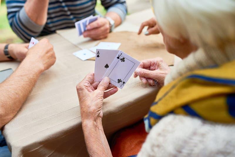 Spela poker med vänner royaltyfria bilder