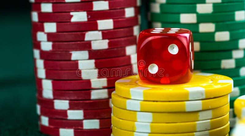 Spela röd tärning och pengarchiper arkivfoto