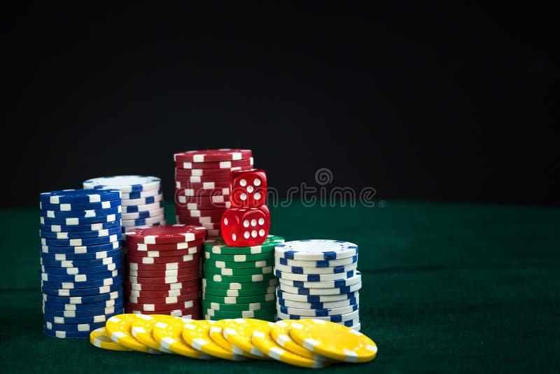 Spela röd tärning och pengarchiper royaltyfri foto