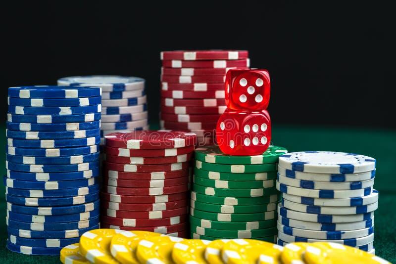 Spela röd tärning och pengarchiper royaltyfri bild