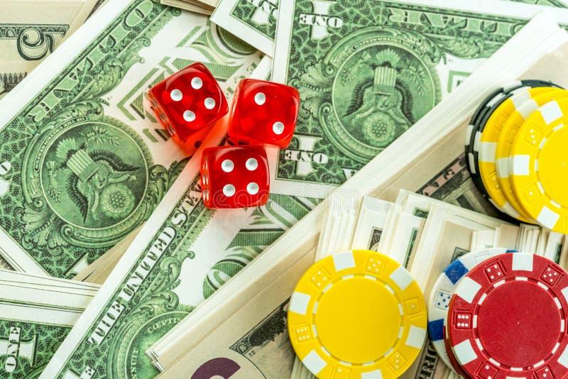 Spela röd tärning och pengarchiper royaltyfria bilder