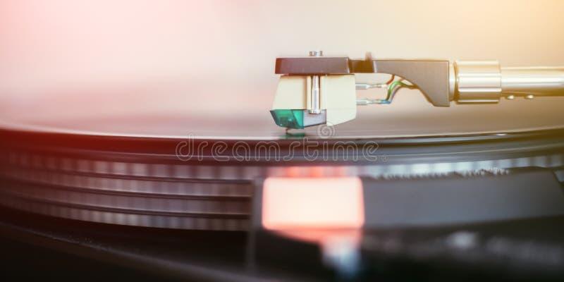 Spela retro musik: Yrkesmässig turnable ljudsignal spelare för musik för vinylrekord royaltyfri fotografi