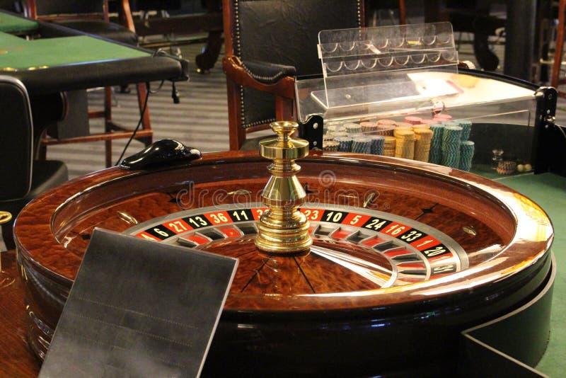 Spela rouletten i kasino royaltyfri foto
