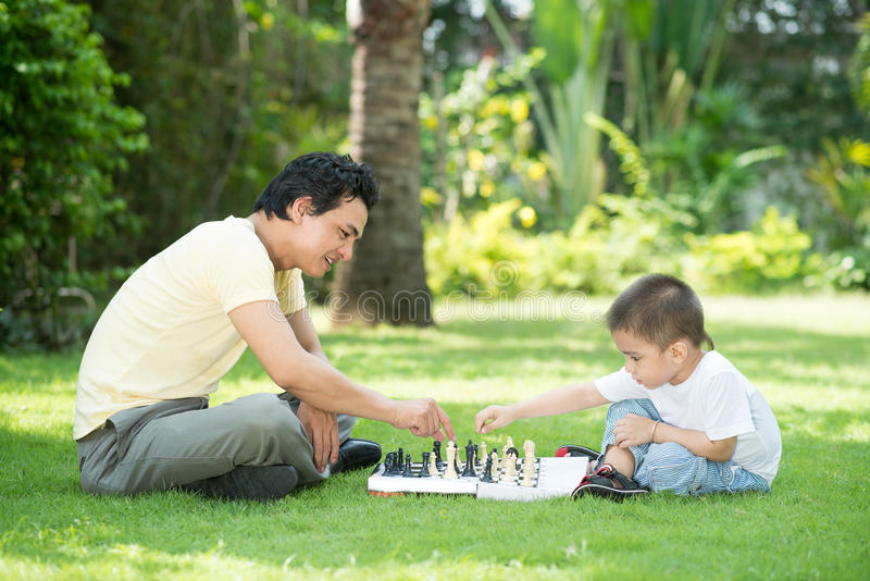 Spela schack med farsan arkivbild