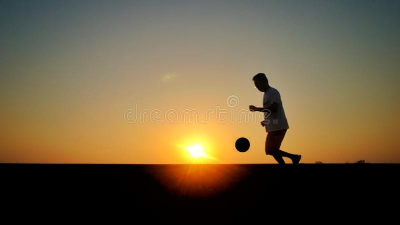 Spela som är footbal på morgonen royaltyfria foton