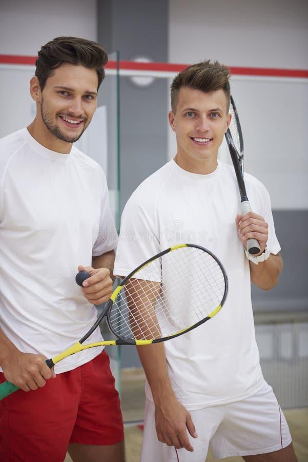 Spela squash med vänner royaltyfria foton
