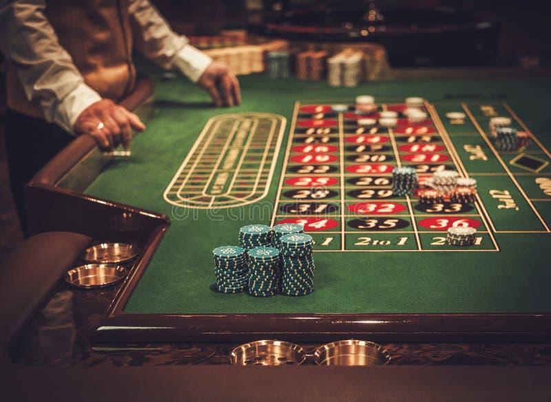 Spela tabellen i lyxig kasino arkivbilder