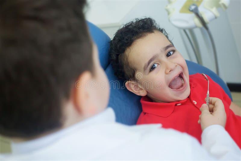 Spela tandläkaren i det tand- kontoret royaltyfri bild