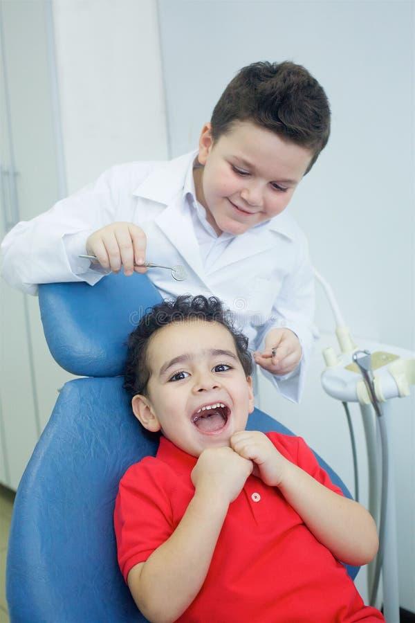 Spela tandläkaren i det tand- kontoret arkivbilder