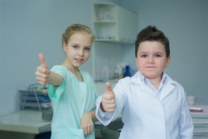 Spela tandläkaren i det tand- kontoret royaltyfria bilder