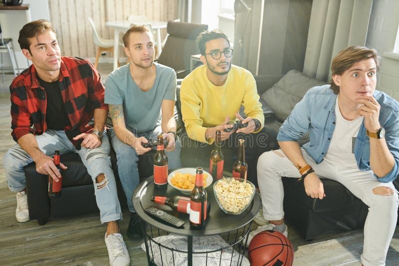 Spela videospel med vänner royaltyfri bild