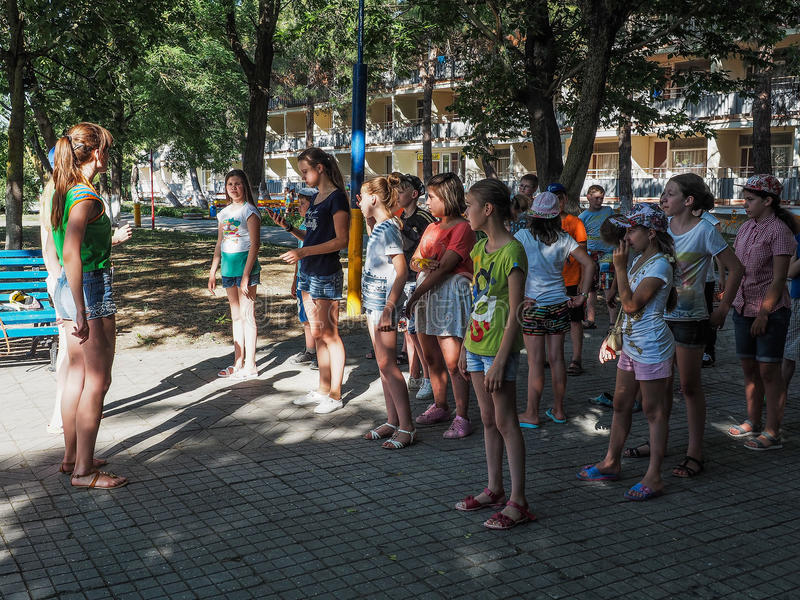 Spelactiviteiten in een kamp van kinderen in Russische stad Anapa van het Krasnodar-gebied royalty-vrije stock foto