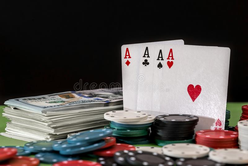 Spelade pokerchiper och kort arkivbilder