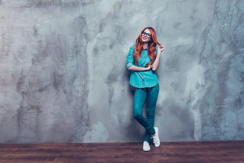 Spelar den rävaktiga ursnygga flickan för skämtsamt rött hår i tillfällig dräkt arkivbild