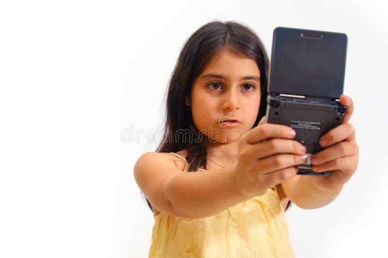 spelar flickavideoen royaltyfri bild