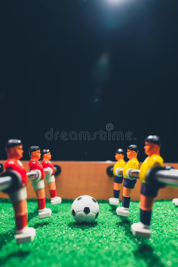 Spelare för lek för kicker för tabellfotbollfotboll fotografering för bildbyråer