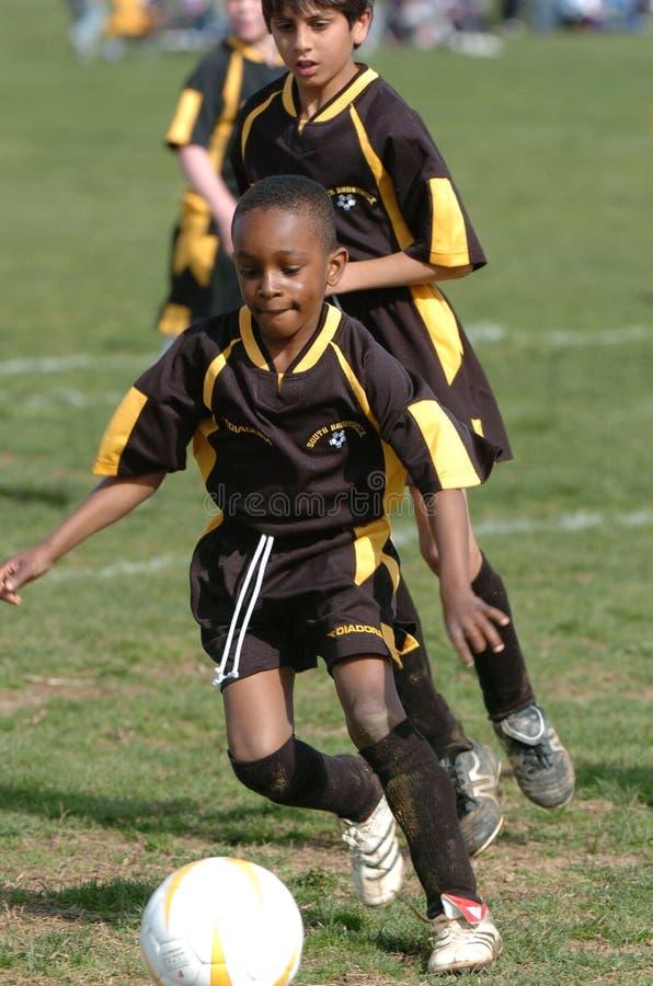 Spelare för pojkeungdomfotboll arkivbilder