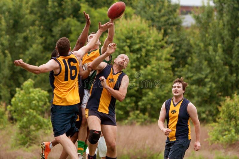Spelare hoppar till låsbollen i australisk regelfotbolllek royaltyfri bild