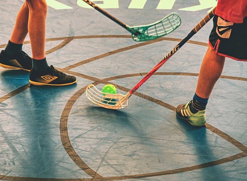 Spelare i översittareområdet Man som spelar golvhockey p? domstolen royaltyfri bild