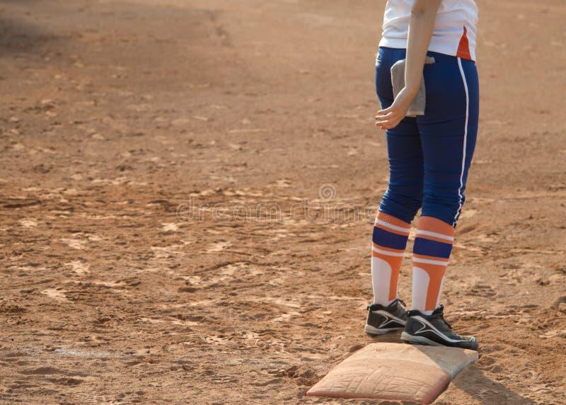 Spelare på baseball- eller softballfält för hem- platta arkivfoton
