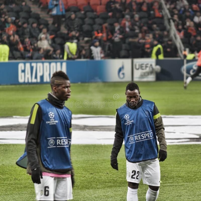 SpelareJuventus Asamoah rätt och Pogba som lämnas på en uppvärmning b fotografering för bildbyråer