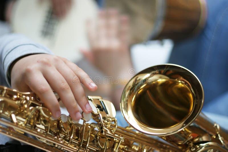 spelaresaxofon arkivbilder