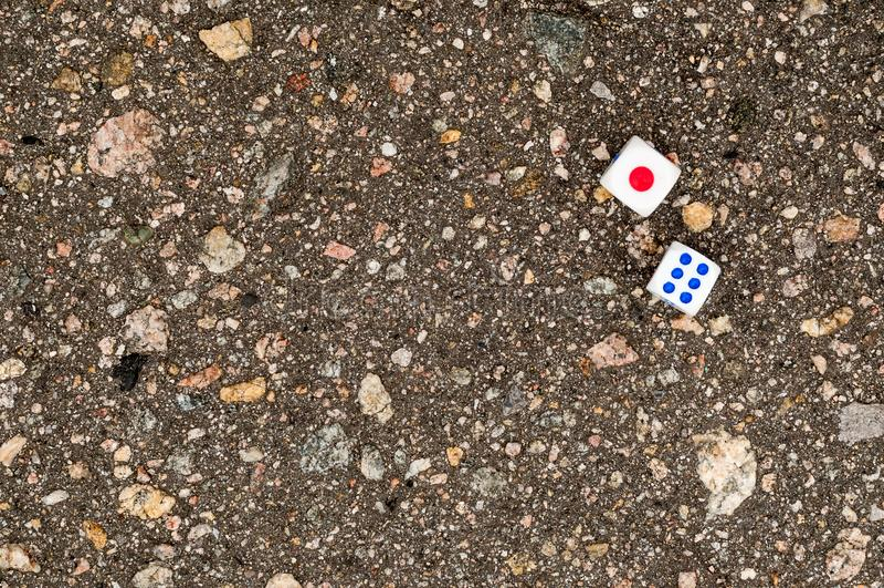 Spelblokken voor casino's op asfalt stock foto's