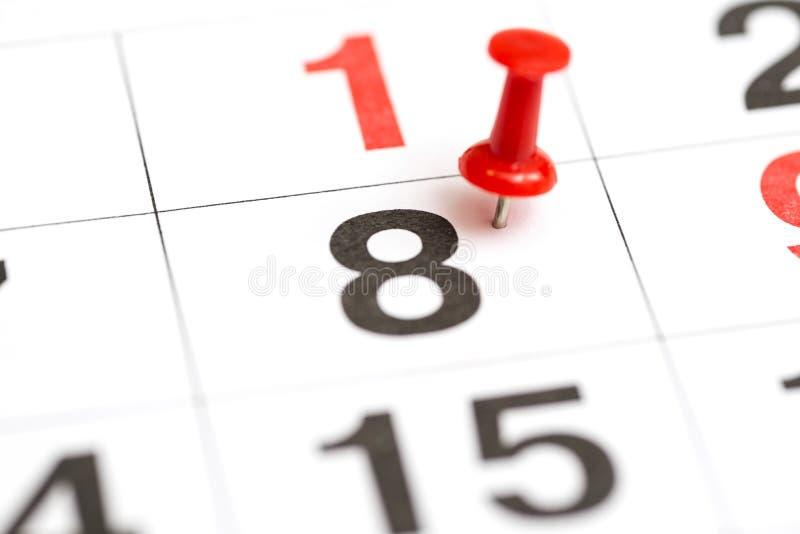 Speld op de datum nummer 8 De achtste dag van de maand is duidelijk met een rode punaise Speld op kalender royalty-vrije stock fotografie